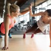 devushki-sport-fitnes-ruki-smekh-zal.jpg